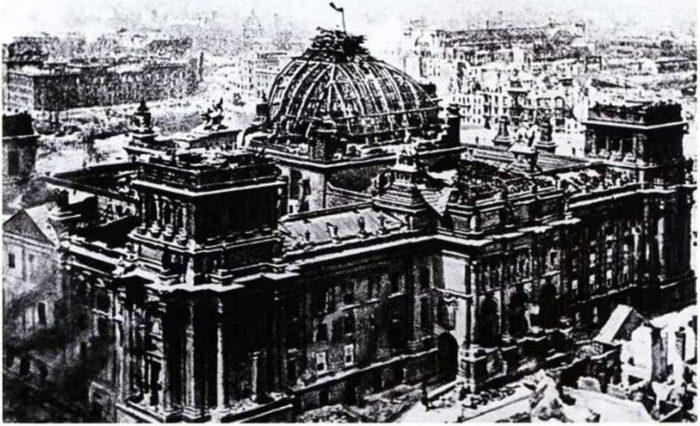 Знамя Победы над Рейхстагом. Фото военного корреспон-дента «Правды» Виктора Тёмина. Май 1945 года