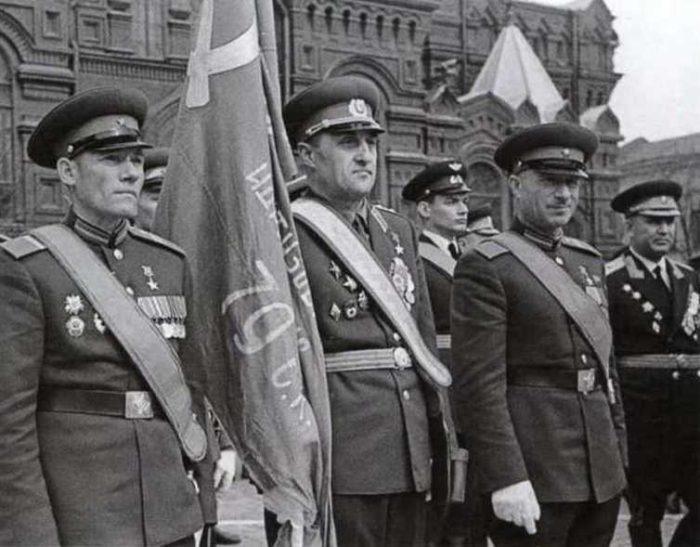 Участники штурма Рейхстага Михаил Егоров, Константин Самсонов и Мелитон Кантария со Знаменем Победы на воен-ном параде 9 мая 1965 года