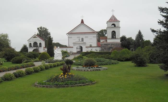Костёл Святой Анны в Мосаре, прозванный Белорусским Версалем за обилие цветов и редких растений.