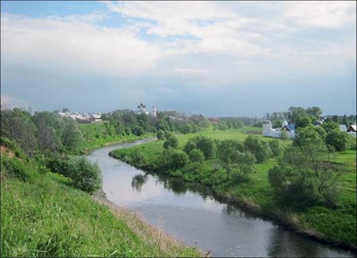 Суздаль расположился среди заливных лугов на берегах речки Каменки.