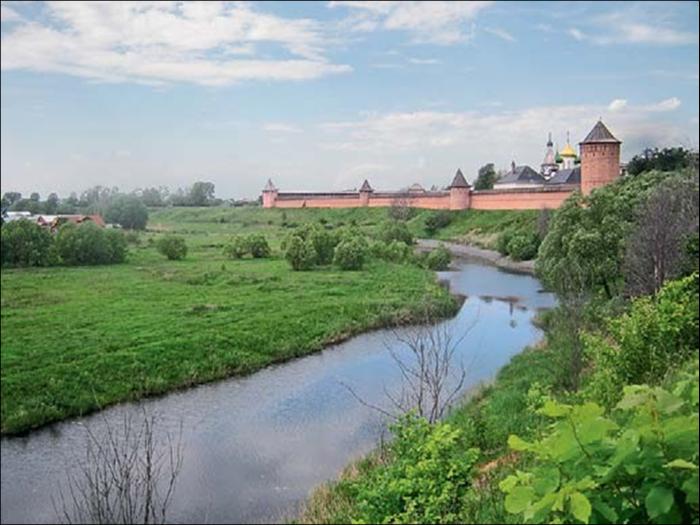 Спасо-Евфимиев монастырь над обмелевшей Каменкой.