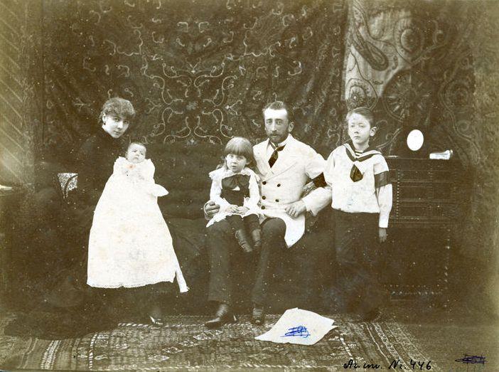 Семейный автопортрет, 90-е годы девятнадцатого века. Справа стоит старший сын Джон Бенедикт (1875-1948)