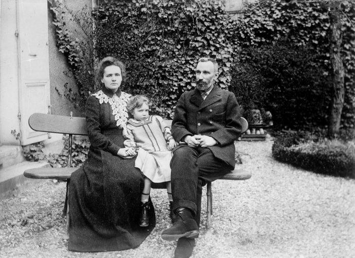 Мария и Пьер Кюри с дочерью Ирен