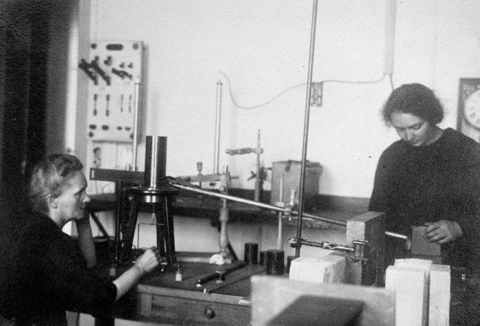 Ирен Кюри в лаборатории с матерью