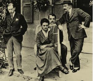 Слева направо: ком¬позитор Игорь Стравин¬ский, художница Ружена Хвощинская, Сергей Дя¬гилев, Лев (Леон) Бакст. 1915 год